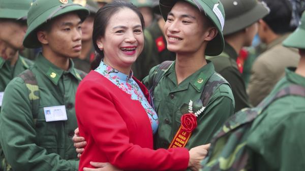 Hà Tĩnh: Tân binh rưng rưng ôm mẹ ngày nhập ngũ