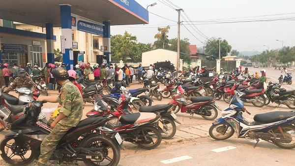 Điện Biên: Dân vùng cao đổ xô đi mua xăng, dầu vì giá giảm mạnh