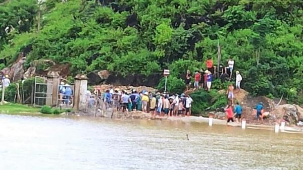 Áo mưa mắc vào thuyền khi bị lật, người đánh cá có tiếng bơi giỏi tử vong