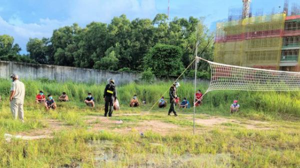 Vùng tâm dịch không được ra đường, 14 thanh niên vẫn tụ tập đánh bóng chuyền