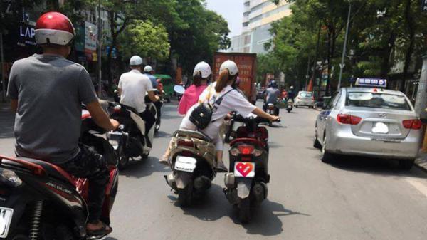 """Bức ảnh hot nhất hôm nay: 2 nữ ninja """"diễu hành"""" trên phố, cô gái ngồi sau có hành động khiến tất cả kinh sợ"""