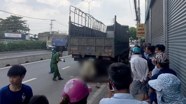 Nam thanh niên và xe máy dính chặt vào đuôi xe tải sau cú tông cực mạnh