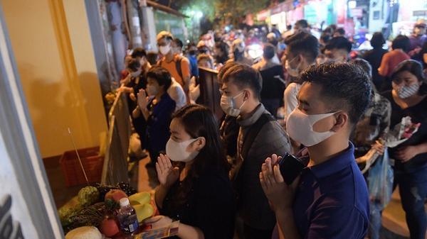 Ảnh: Hàng trăm người Hà Nội vẫn kéo về Phủ Tây Hồ cúng bái ngày đầu tháng, bất chấp lệnh cấm vì dịch Covid-19