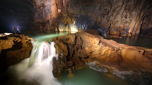 Du khách tới Quảng Bình vừa kinh ngạc, vừa thích thú trước cuộc sống hoang dã trên đường tới hang Tú Làn