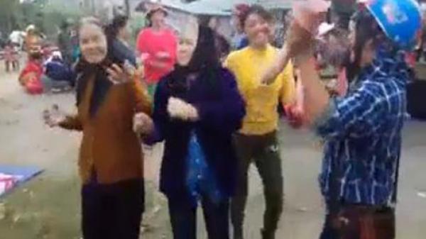 Người dân mở nhạc, 'quẩy' tưng bừng giữa chợ ở Quảng Bình