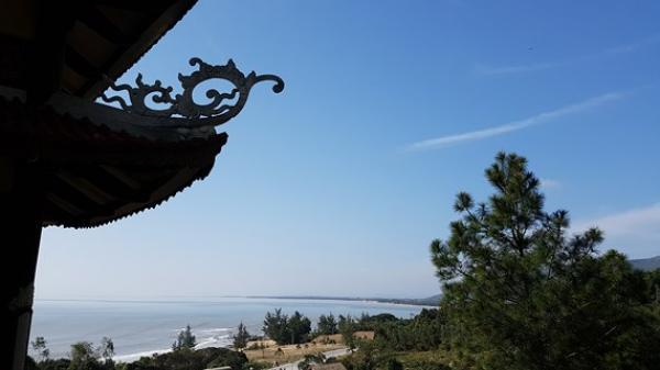 Ngắm cung đường đẹp nhất Vũng Chùa dưới rặng Hoành Sơn