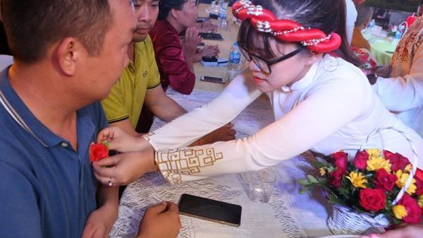 Dự lễ Bông hồng cài áo, rơi nước mắt khi nhắc tới bố mẹ