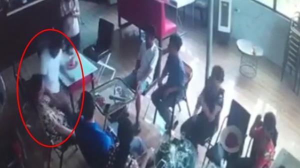 Clip: Kinh hoàng khoảnh khắc gã đàn ông bất ngờ đâm bạn tử vong trong quán cafe ở Hà Nội
