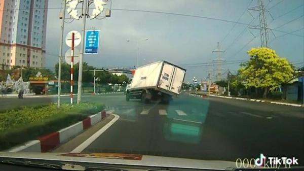 """Clip: Tài xế bẻ lái """"cứu"""" 2 người đi xe máy vượt đèn đỏ gây tranh cãi"""