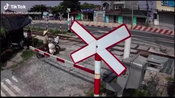 CLIP: Người phụ nữ vứt xe đạp điện chạy khi thấy tàu hỏa lao đến, hành động trước đó khiến bao người phẫn nộ