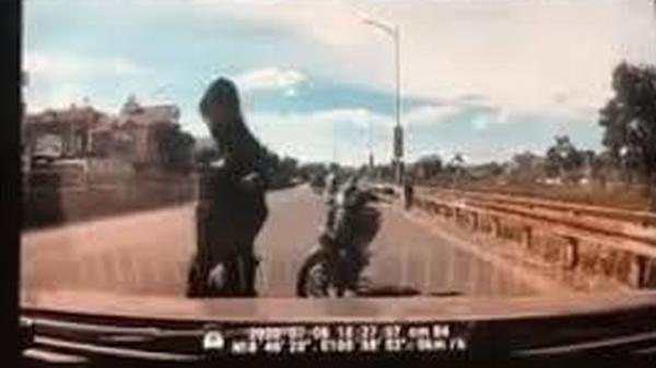 """Clip: Cố """"ngông nghênh"""" sau va chạm trên đường, thanh niên đi xe máy bị tài xế ô tô đánh túi bụi"""