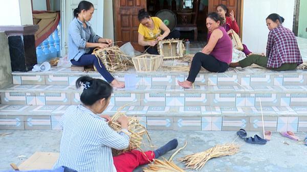 Người dân Quảng Bình tạo ra các sản phẩm đan lát từ bèo lục bình