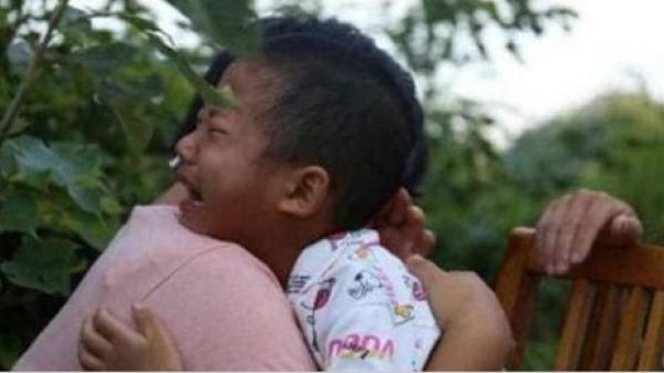 Ngày tôi đi lấy chồng mới, con trai 6 tuổi chạy theo nức nở: Đêm nay ai ôm con ngủ hả mẹ