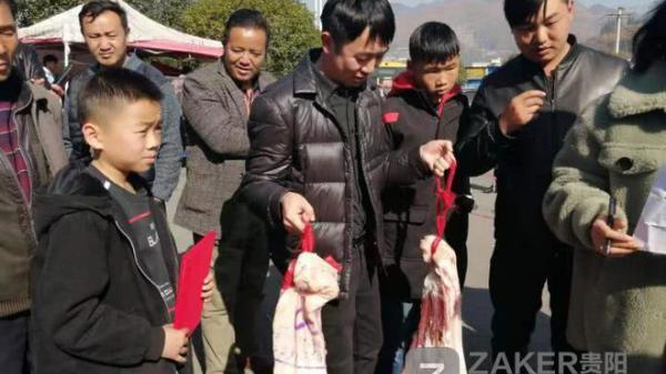 Giữa thời buổi thịt lợn đắt hơn vàng, một trường học thưởng nóng học sinh giỏi 30kg thịt khiến phụ huynh hò hét vì sung sướng