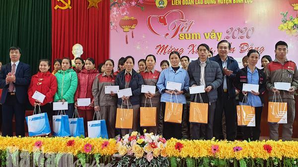 Hà Nam: Nhiều lao động được nhận quà, tặng vé xe về quê ăn Tết