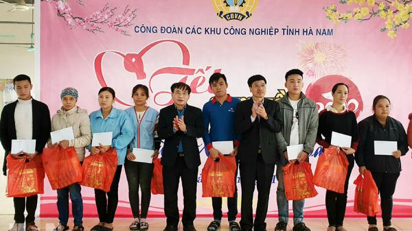 Hà Nam: Hàng trăm công nhân được tặng quà, 10 chuyến xe miễn phí chở công nhân về quê ăn Tết