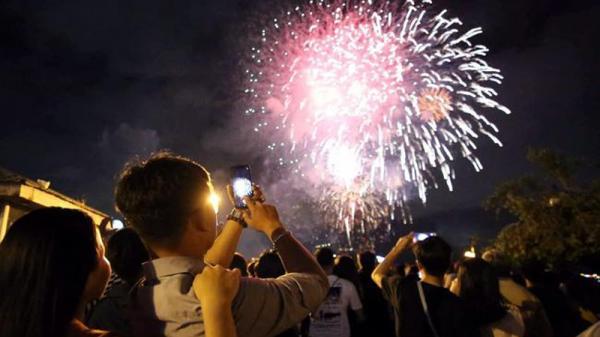 """Người dân Phú Quốc """"nhắc khéo"""" không xả rác khi xem bắn pháo hoa"""