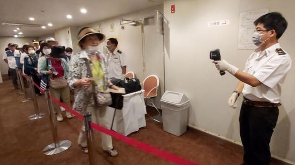 Kiểm tra thân nhiệt du khách trên tàu Nhật Bản ghé Phú Quốc