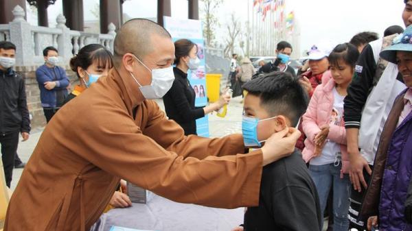 Đối phó corona, chùa Tam Chúc phát 10 vạn khẩu trang miễn phí