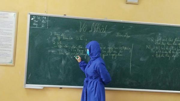 Lo sợ virus corona, cô giáo mặc đồ kín mít đứng trên bục giảng khiến cả lớp xôn xao