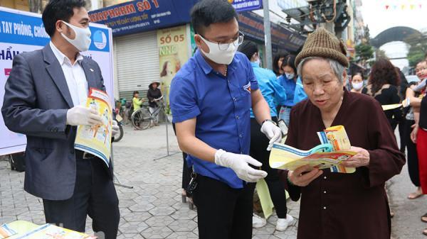 Thành đoàn Phủ Lý phát 1.500 khẩu trang miễn phí cho người dân