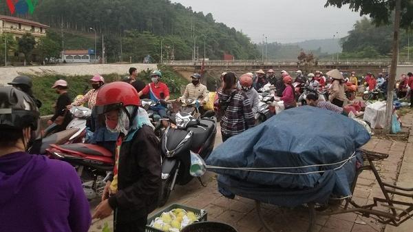 Lào Cai: Phố phường, bến xe thưa vắng; cửa khẩu, chợ đêm đông nghịt người
