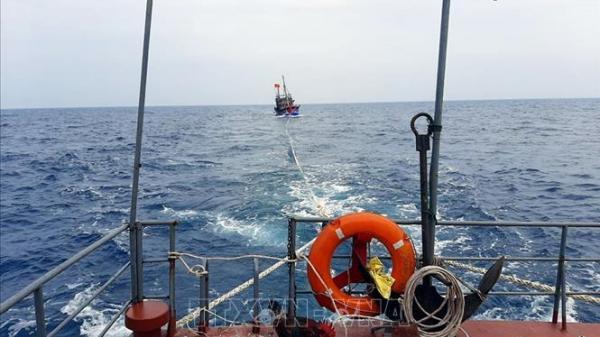 Cứu 3 thuyền viên người Indonesia gặp nạn trôi dạt vào vùng biển Sóc Trăng