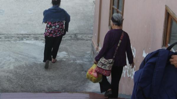 Nghệ An: Nghẹn đắng cảnh mẹ già hơn 90 tuổi nặng nề đến tòa tiễn con trai vào tù