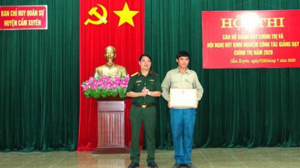 Hà Tĩnh: Tặng bằng khen cho xã đội phó cứu người đuối nước