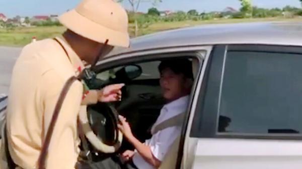 Vượt quá tốc độ, 1 tài xế ở Hà Tĩnh phóng xe bỏ chạy rồi cố thủ trong xe