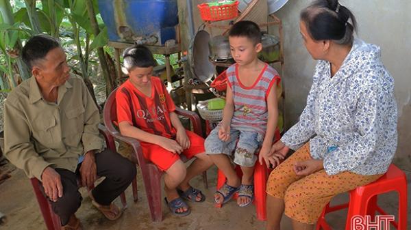 Hà Tĩnh: Bố mất, mẹ bị u não, 2 đứa trẻ mờ mịt tương lai
