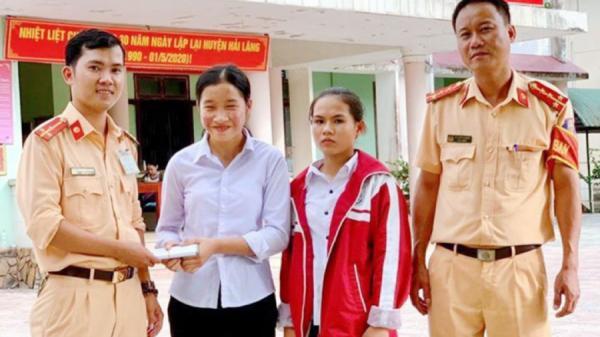 Khen thưởng 2 nữ sinh làm việc tốt ở Hải Lăng