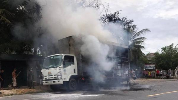 Xe tải biển Quảng Trị bốc cháy, hàng chục chiếc xe đạp trên thùng bị thiêu rụi
