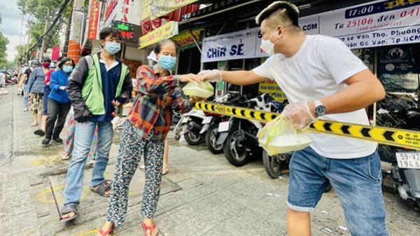 'Cười rớt nước mắt' khi phát cơm từ thiện mà người nhận co giò chạy