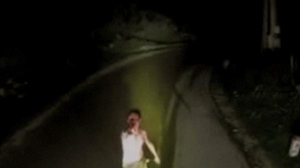 Clip: Đêm muộn, người đàn ông dính đầy máu lao ra trước đầu xe tải khiến tài xế thất kinh