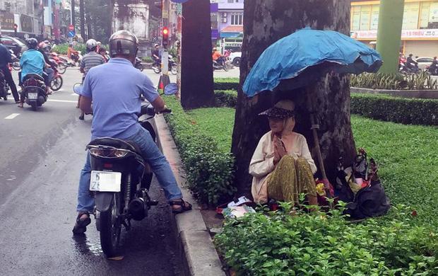Sáng nào cũng vậy, cứ từ 6h bà có mặt tại công viên trên đường Nguyễn Chí Thanh để bán vé số.