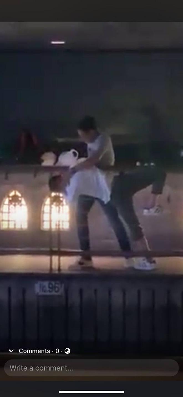 Nạn nhân (áo trắng) bị đánh thậm tệ, nghi phạm cố gắng đẩy xuống sông (Ảnh: Cắt từ clip)