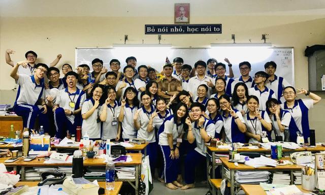 Lớp 12A2 và thầy quản nhiệm ở trường THPT Nguyễn Khuyến (Bình Dương). Ảnh: NVCC.