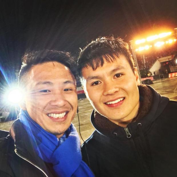 Do tính chất công việc, anh chàng có nhiều cơ hội gặp gỡ với các cầu thủ đội tuyển Việt Nam