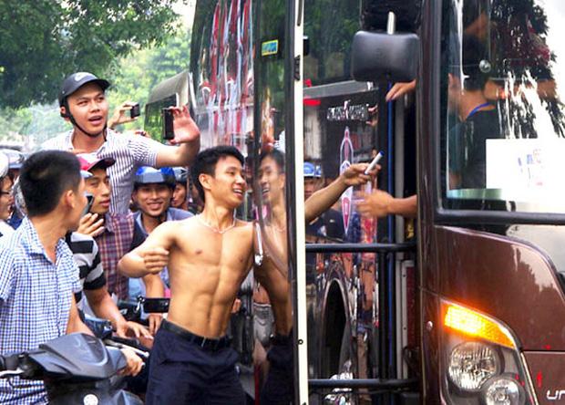 Vũ Xuân Tiến không thể ngờ rằng hành động gắng sức chạy theo xe bus đã khiến anh nổi như cồn sau đó
