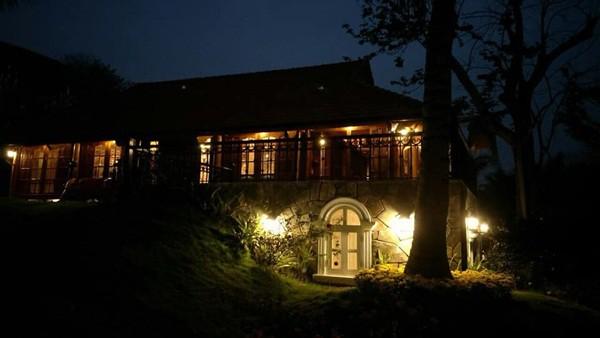 Khung cảnh căn nhà về đêm.
