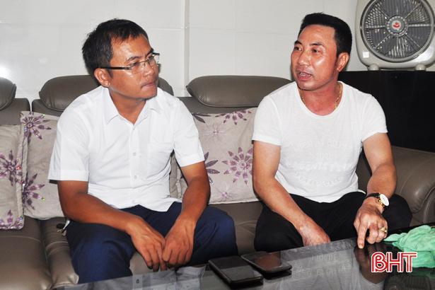 Giám đốc Điện lực Thạch Hà Nguyễn Thanh Hoa (trái) đến nhà anh Nguyễn Tiến Hùng (phường Đại Nài - TP. Hà Tĩnh xác minh sự việc)