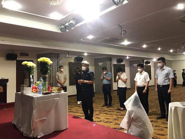 Thứ trưởng Nguyễn Trường Sơn cùng đoàn công tác Bộ Y tế đến thăm hỏi, động viên em Dương Thị Anh.