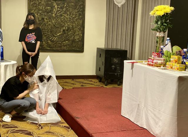Đoàn trường Đại học Kỹ thuật y tế Hải Dương lập bàn thờ vọng để em Dương Thị Anh chịu tang cha.