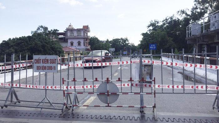 Chốt kiểm soát dịch Covid-19 tại cầu Tranh, xã Thúc Kháng (Bình Giang)