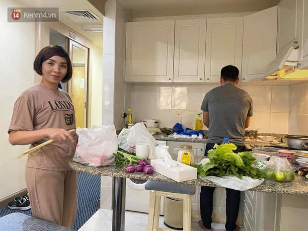 Khi có thời gian, vợ chồng anh Bình lại đến nấu cơm giúp Phúc Nghĩa